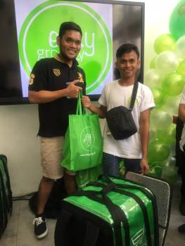 Ulikblog Runner Banjo Asidao with his grocery items delivered.